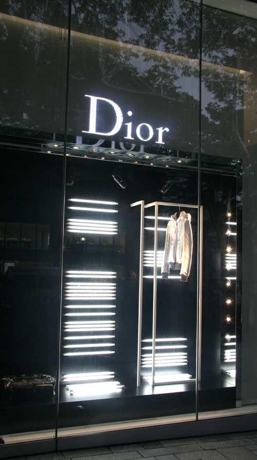 橱窗内的衣饰摆放非常有创意,适合有品位有经济能力的人士.