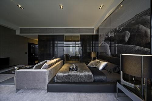 踏着灰木纹石地台进入客饭厅,深浅灰色调的组合配搭交织出空间的层次