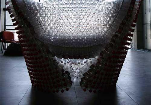 """这个设计作品强调了""""积累""""和""""团结""""的意义,大面积陈列出现的瓶子给人"""