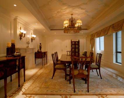 客厅直通阳台,运用窗帘做区隔,使分隔与统一相互融合.