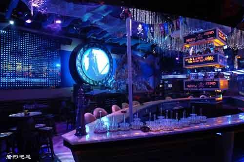 整个酒吧迷幻缤纷,充满了浓郁的异国情调.