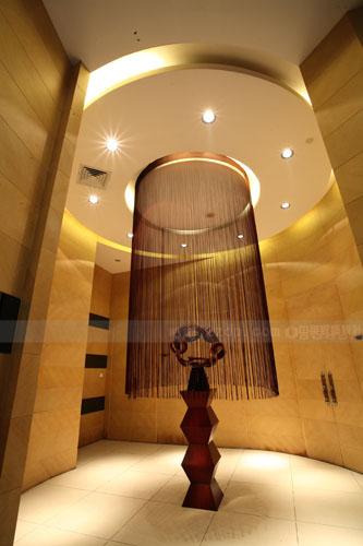 顶部采用传统的欧式的天花藻井,在装饰的同时也对空间进行了区域分割.