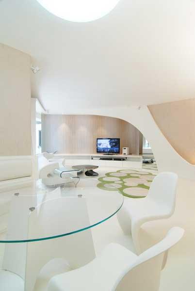 饭厅半圆形卡座沙发以及圆形透明玻璃餐桌,对应雕塑似的空间,感觉浑然