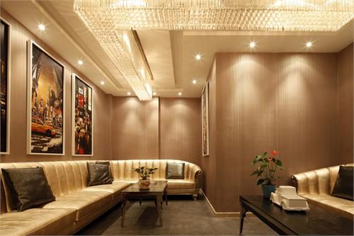 大堂圆弧型的中空空间用一层层向上倾斜梯田般的关系的墙体设计,配合