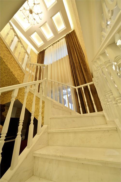 楼梯间用九宫格的元素来塑造了顶面的层层效果