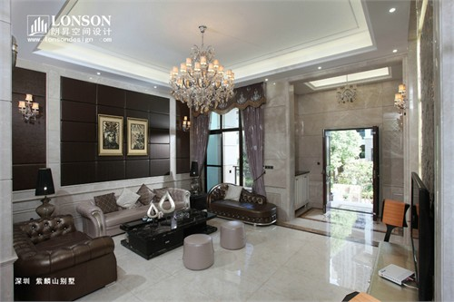 欧式风格的大床,家具配饰与深色系的墙面装饰为房间