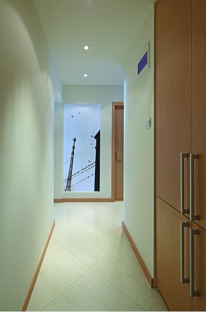 北京 安慧/走廊的右侧为衣帽间,磨砂玻璃,手共落鸟主题图案,与空间的...