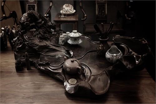 如艺术茶台,木雕饰品,天然石,古枝,流水,干花,拉丝银部门牌等,做到画