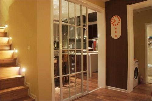 在预算有限的情况下,用木作白漆和茶镜做了一楼电视背景墙,显得的大气