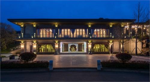 中式回纹古铜窗框,搭配欧式柱角,铝合金木条吊顶,整体结合体现出