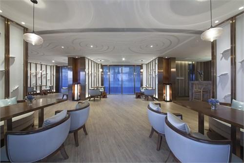 整体空间色调沉稳,浅蓝色家具搭配硬装的暖灰色调,使整个空间氛围