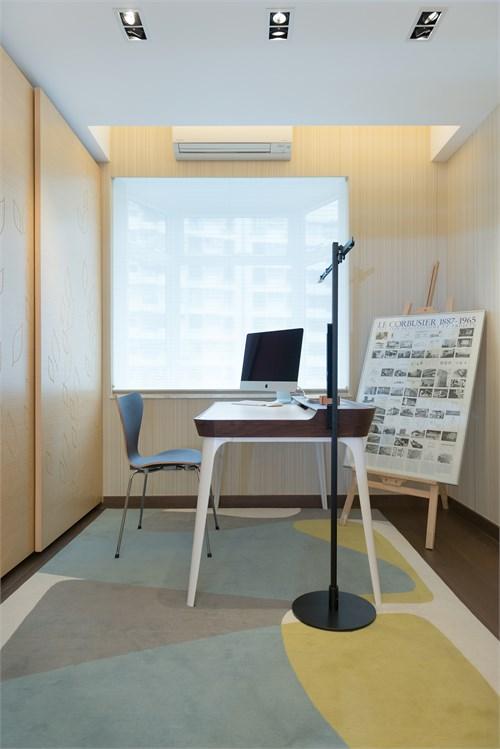 白色赵门后是深啡色木地板,分隔书房和走廊的嫱换成玻璃,自然阳光得以