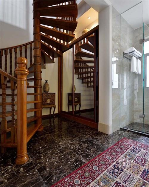 填充不规则花纹格栅,二楼走廊靠近客厅的立面与客厅呼应,以实木镂空