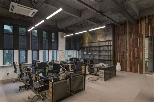 地面为自流平水泥,走廊处为设计师产品编织地毯图片