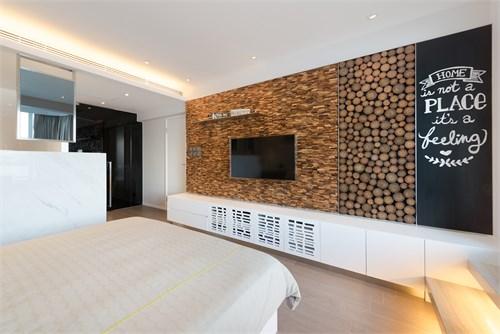 「露台刻意加阔约130呎,同时改铺户外木地板,配搭舒适卧椅及船木墙饰