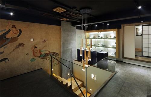 墙面飞天壁画,顶面木雕饰品的有序陈列,使整个空间层次分明.