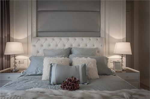 柔软及多层次的床头设计,加上经典对称概念,褪去繁杂却更见品味雅致.
