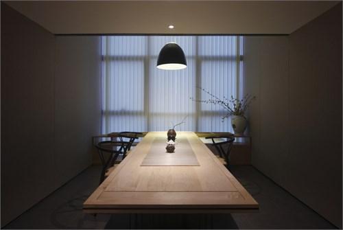 门上延长的木板令门成为空白墙上的一道个性风景