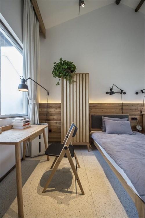 背景墙采用当地的老的旧木板作为墙裙,年代感的东西越是证明了经历感